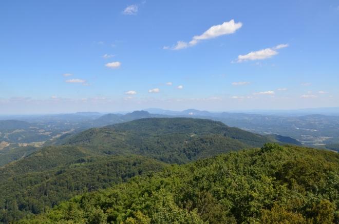 Na východě na Boč navazuje sousední Plešivec (820 m), poněkud dále za ním lehce vyčnívá zubatá Donačka gora. Kopce na obzoru uprostřed fotky se již nacházejí v Chorvatsku, nejvzdálenější z těchto vrcholů (přes 40 km daleko) je Ivanščica (1061 m).