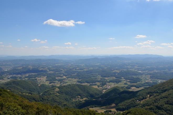 Pohled na jih, zjednodušeně lze říct, že levá horní čtvrtina zachycené krajiny patří Chorvatsku, zbytek Slovinsku. Nejvzdálenější, sotva viditelný hřeben uprostřed fotky se nachází západně od Záhřebu, asi 50 km od nás.