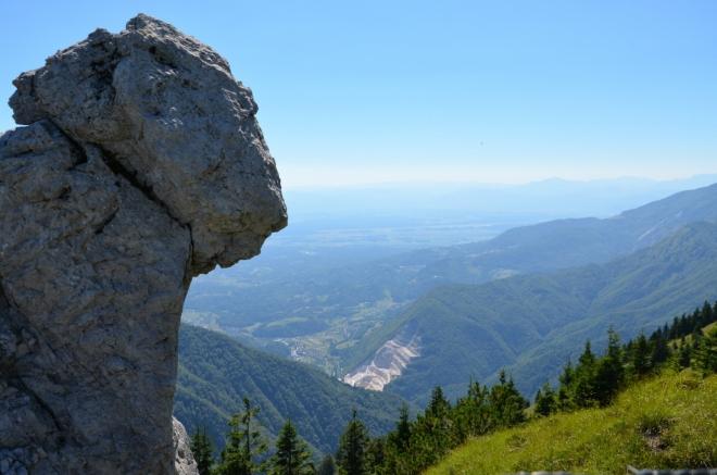 """Výhled do kraje """"za hranou"""", kde poslední alpské vrchy přecházejí v Lublaňskou kotlinu."""