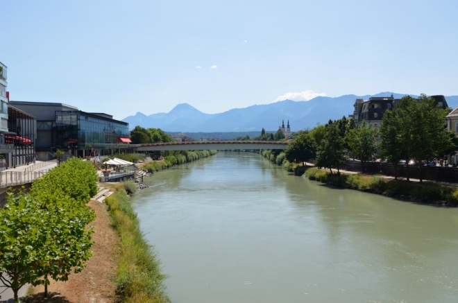 Dráva po proudu, na obzoru Karavanky neboli hranice se Slovinskem.