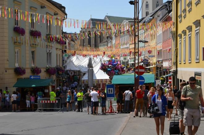 """Na Hlavní náměstí (Hauptplatz) bohužel nejsem vpuštěn, aspoň se tedy hlídače ptám, cože se tu dnes koná. Prý """"krchov"""" (podle stránek města se akce jmenuje """"Villacher Kirchtag"""")."""