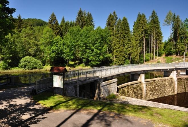 U hráze přehrady Hradiště.