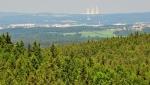 Pod Kohoutem vede traverzující cesta s výhledy k severu a východu. České Budějovice, Hluboká a věže JETE se ukazují v neobvyklé sestavě.