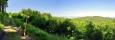 Vpravo Velký kámen nebo také Besednická hora (753 m n. m.).
