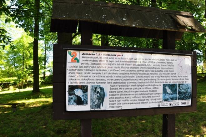 Weisserův park v Trhových Svinech. Naučná stezka Trhosvinensko vede k poutnímu kostelu a Buškovo hamru.