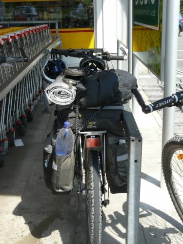 Moje kolo je zase staré horské bez odpružení (které na jízdu po silnici není moc potřeba), ale s vyměněnými plášti, aby měly menší odpor na silnici.