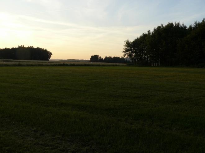 Na louce nad Henfenfeldem se stmívá a my už skoro chceme stavět stan, když tu náhle ...