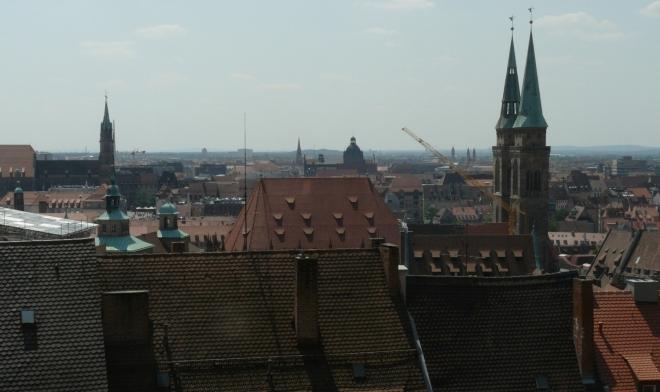 Norimberk z hradu, vlevo kostel sv. Vavřince a vpravo sv. Sebalda