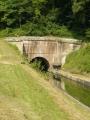 Kanál vede tunelem, my musíme přes kopečky