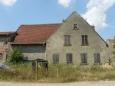 Vybydlené domy ve francouzské vesnici na venkově za Vogézami