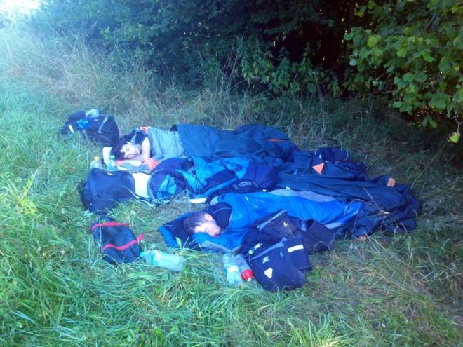Nouzové spaní u pole jen kus od cyklostezky (fotil Michal)