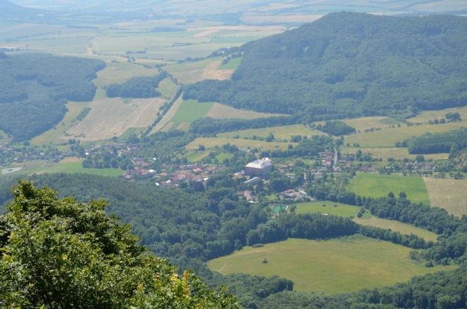 Pod jižními svahy Milešovky leží vesnice Milešov, odtud jméno hory. Tímto směrem povedou naše další kroky.