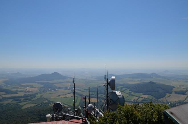 Výhled na jihovýchod, kde jsou kopce navzájem výrazně izolované. Vpravo vpředu Ostrý (553 m), vlevo pak Lovoš (570 m), tyto dva vrcholy bychom ještě rádi stihli navštívit.
