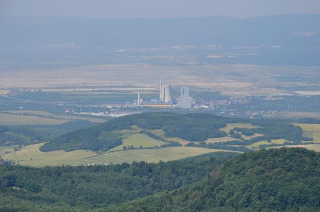Samozřejmě nelze fotograficky vynechat ani severočeský průmysl, když už tu je. Na fotce tepelná elektrárna Ledvice a za ní hnědouhelný důl Bílina, v pozadí patrně Litvínov.