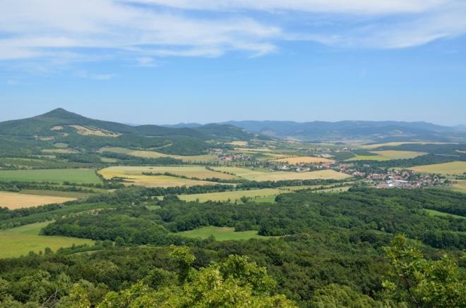 Vrch Kletečná (706 m) a Velemín na severovýchodě