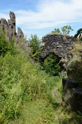 Pozůstatky třetí brány. Před vstupem do nejvyšší části hradu musel návštěvník projít celkem čtyřmi branami, z nichž se dochovala jen tato.