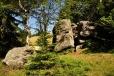 Za Terezínem nacházíme pozoruhodnou rozeklanou skalku.