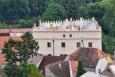 """Městský renesanční palác, známý jako starý zámek, je zdobený sgrafitovým kvádrováním a dříve byl nazývaný """"panské obydlí"""". Albrecht Krajíř z Krajku ho vystavěl v letech 1572 – 1579. Vnější vzhled zámku zůstal vzácně neporušený, dvoupatrová budova je zakončena atikou pokrytou prejzy a opatřena cimbuřím."""