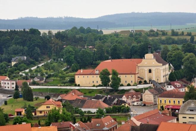 Barokní klášter.Matěj Jiří Kapeta (nar. r. 1598), dačický měsťan, bohatý soukeník, mecenáš dačického pšitálu a primátor města Dačic, byl významným podporovatelem katolické víry. Dlouhou dobu se zabýval myšlenkou zavést do města řád františkánů, což byl výraz jeho barokní zbožnosti, a pro tento účel postavit klášter. V roce 1659 přišli do Dačic první dva řádoví bratři. Klášter byl postaven v letech 1660 – 1664. Stavba pochází z období raného baroka. Od roku 1998 patří klášter Řádu bosých karmelitek, které jej trvale obývají, proto klášter není přístupný veřejnosti.