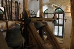 Ve věži je uchován i nejstarší zvon sv. Vavřinec z roku 1483.