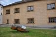 V budově staré radnice je sídlo městského úřadu a infocentrum. Před ní je socha znázorňující ruku s kostkou cukru.