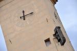Vždy o jarmarcích a trzích Dačičtí vyvěšovali na věž staré radnice ruku s mečem jako znamení městského práva. Ta je dnes uchována v muzeu a v turistické sezóně je na radnici vyvěšována její replika. Dodnes však na věži visí i zvonek, který svolával pány do rady, jindy zvonil umíráčkem tomu, kdo šel na popravu nebo také začátek a konec jarmarku.