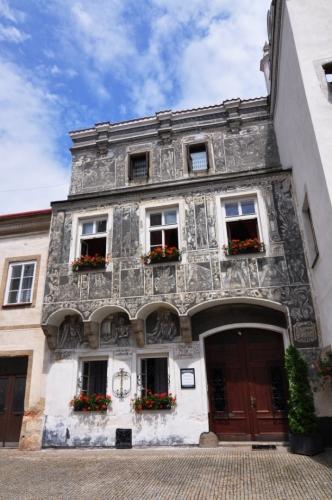 Tento dům z poloviny 16.století má v přízemí hřebínkové v patře sklípkové klenby, patro je vyloženo na krakorcích Sgrafita zobrazují mytologická témata (Ikarův pád) a podobizny rakouských arcivévodů.