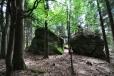 Na vrcholku sousedícím s Šibeníkem vytváří malebné zákoutí několik vznešených skal.