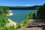 Landštejnská přehrada je díky umístění do lůna lesů jedinečnou. Škoda, že si v ní nesmíte smočit ani malíček. Ale to se, na rozdíl od jiných zákonů o ochraně přírody, dá ještě pochopit.
