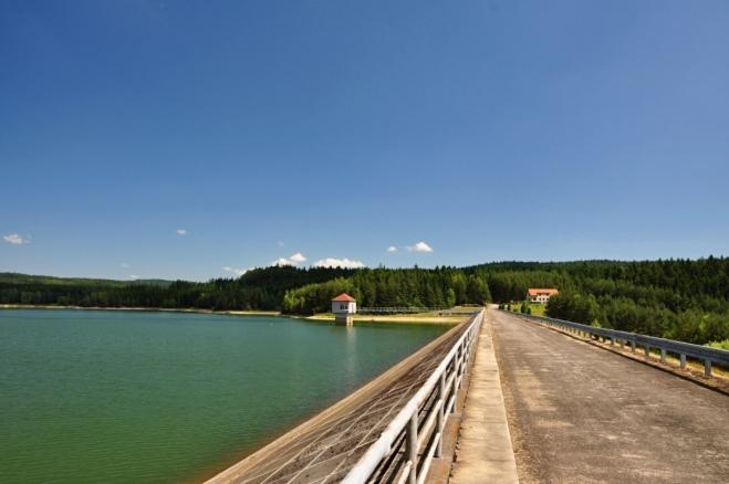 Do provozu byla dána v roce 1973. Hráz je kamenitá, sypaná, dlouhá 376 m a 23,4 m vysoká od dna nádrže. Celkový objem nádrže je 3,262 mil. m3 vody a zatopená plocha tak činí 40,5 ha.