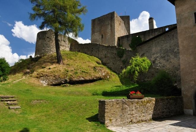 Hrad Landštejn vystavěl český král Přemysl Otakar I. někdy po roce 1222 jako strážní hrad zabezpečující zemské hranice na sporných územích. Na jednom ze žulových vrchů Novobystřické vrchoviny tak střežil hranici tří historických zemí Čech, Moravy a Rakouska. Jádrem hradu byla velká hranolová věž na jižní straně, na severní straně pak menší obytná věž s kaplí. Obě věže později spojil dvoupatrový palác. Horní část vyšší věže hradu byla upravena jako vyhlídková.