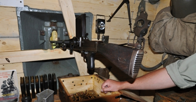 Pan Sviták nás zasvěcuje do vybavení a chodu v bunkrech, kam se vešlo jen několik vojáků. Obsluhu samopalu a lehkého kulometu jich zajišťovalo šest.