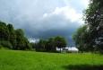 Císařský dvůr obcházíme spodem za hrozivého dohledu bouřkových mraků.