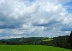Pohled k vrchům Vinice a Šibeniční vrch, které se tyčí nad Kašperkami.