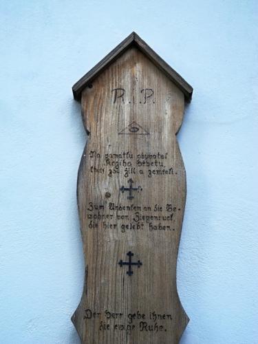 Na umrlčí prkno se v zimě ukládali zemřelí, neboť nebylo možné je v tuto roční dobu řádně pochovat do zmrzlé půdy. Po smutečním obřadu pak bylo často ponecháváno na památku u některé z cest.