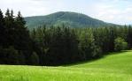 Radkovský vrch je vlastně pokračováním hřebene Křemelné. Hluboko pod ním se skrývá u Otavy Rejštejn.