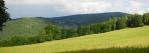 Vlevo jsou Dračí skály, hřbet za nimi tvoří mohutná a vysoká Huťská hora (1 189 m n. m.). Už jsme se od ní hodně vzdálili.