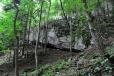 Vstupujeme do pohádkové říše vápencových skal a obřích teras. Většinu z nich voda proměnila v převisy, díry a jeskyně. Tady by se dalo dlouze bloudit a zkoumat jednotlivé útvary, vždyť podle mapy je v okolí mnoho velkých jeskyní. K nim ale značení nevede.