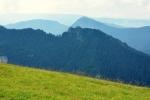 Před vrcholkem Tl'sté je loučka, z níž fotím Ostrou v kontaktu se vzdálenějším Drieňkom.