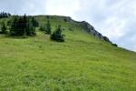 Tl'stá je malebný kopec. Na vrcholu je mnohem víc místa než na Ostré. Názvy tak korespondují se skutečností.