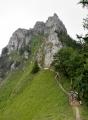 Sedlo pod vrcholem. Zde značená stezka zamíří do Koňského dolu.