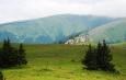 Kral'ova skala není nejvyšším vrcholkem v okolí, ale je na pohled výrazná a atraktivní.