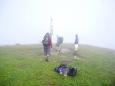Ostredok, 1 592 metrů. Je lépe moc se nezdržovat. V botách mi čvachtá rosička, zamlžená mám očička...
