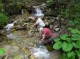 Doplňujeme vodu z přítoku Gederského potoka. O ni již nouze nebude.