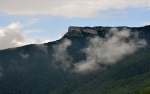 Konečně se nad vrcholkem hory vyjasnilo. Fotím rovnou z okna hotelu, ze kterého je nádherný výhled.