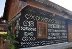 Čičmany jsou plné malovaných dřevěnic.