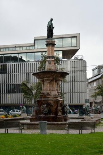 Pokud mě něco zaujalo už od prvních chvil, je to všeobecná upravenost a čistota. Rudolfova fontána z roku 1877 na náměstí Boznerplatz vznikla na památku 500 let vlády Habsburků v Tyrolsku.