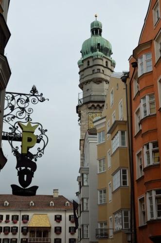 Vstupuji do ulice Herzog-Friedrich-Straße, jež je osou starého města (Altstadt). V pozadí věž staré radnice, zvaná též Městská věž (Stadturm), tam se dnes ještě podívám.