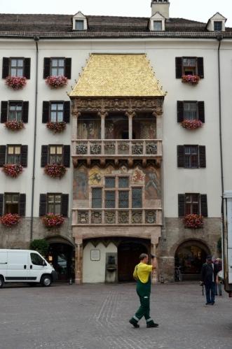 Známým symbolem města je takzvaná Zlatá stříška (Goldenes Dachl), tvořená pozlacenými plátky mědi, při jejím focení mě málem přejel skútr. Byla dokončena roku 1500 na oslavu svatby císaře Maxmiliána I., příslušný balkon sloužil císaři a jeho manželce jako pozorovatelna při různých událostech.