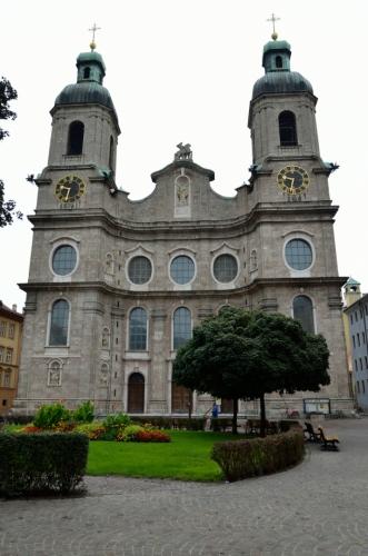 Historickou uličkou jsem přešel na velice poklidné náměstí Domplatz, jemuž vévodí barokní dóm svatého Jakuba z počátku 18. století, zvaný též innsbrucká katedrála.